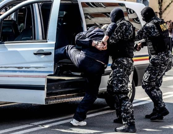 1-trei-persoane-retinute-si-bani-confiscati-in-urma-perchezitiilor-de-la-botosani-si-din-alte-12-judete